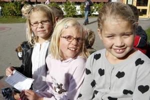 Linn Backman, Angela Jillings och Josefin Johansson läste texter om barn och krig.