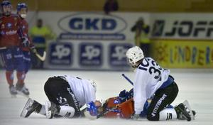 Klämd mellan två SAIK-sköldar låg Magnus Olsson helt utslagen på isen i fredagens hemmamatch mot Sandviken. På lördagen hade han kvicknat till igen.
