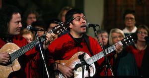 Yamandù Pontvik och Pablo Pérez sjöng baryton- och tenorsolostämmor och svängde samtidigt till musiken med gitarr.
