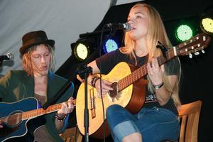 Amanda Roman från Stockholm kom försenad till festivalen och hade på morgonen tappat rösten. Trots dramatiken bjöd hon på finstämda engelska texter i sina sånger.