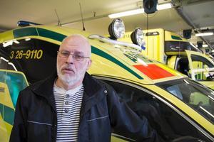 Narkossjuksköterskan Tommy Groth är mycket kritisk till ambulansledningen och menar att bemanningskrisen är en risk för patientsäkerheten.