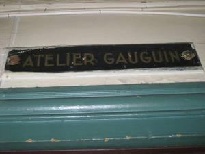 """Kulturarbetarna. """"Gauguins atelier"""" finns kvar, orustad, och används ännu fast av en annan konstnär. Toalett finns också i huset, förmäler Wall som prövat den."""