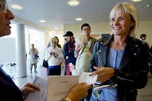 Ann Lundgren tar emot valkuverten på Handelshögskolan i Göteborg.