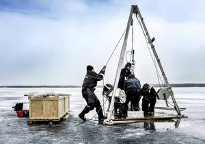Doktor Ulli von Grafenstein hissar upp ett sedimentprov ur Storsjöns botten med hjälp av Joakim Robygd, Eduard Régnier och Dan Hammarlund.
