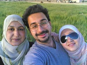 LYCKLIGA. Omar med sin mamma Ensaf och syster Shahad innan de beviljades uppehållstillstånd och for till Sverige 2008. Omar blev ensam kvar.