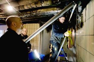 trappuppgången. Thomas Uddh från Ocab, Sven-Olof Pettersson och Roger Karlsson från Gavlegårdarna jobbar i trappuppgången.