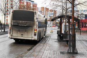 Hot och skadegörelse har blivit vardag på bussarna i  Borlänge. På bilden ses en hållplats i centrum.
