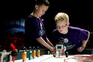 Joakim Lundqvist och Joel Östlin från Söråker legoboys höll i spakarna när det var dags för robotkörning.