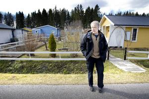Från april till september får koloniföreningens medlemmar bo i stugorna. Glädjen över att säsongen har inletts blev kortvarig då Lars Johansson upptäckte att elva stugor utsatts för omfattande inbrott och skadegörelse.