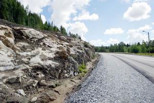 Jordmassor och avverkning hann ske vid bergsknallen i Kovland innan det blev stopp för planerna om att bygga Birstlänken som skulle avlasta andra vägar för tung trafik. Nu är det väntan som gäller tills slutet av september då beslutet ska tas om det finns några pengar till Birstalänken.