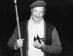 Ort: Bergsjö   Rubrik: Slutsålt på kräftfisket i Bergsjö.   Bildtext: Årets kräftor var inte så stora i Bergsjö-vattnen. Men den här håller måtten! Polisinspektör Olle Nordborg heter den stolte fiskaren.