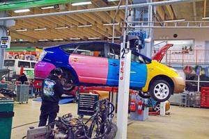 För de elever som väljer att läsa fordon-och transportprogrammet på gymnasiet får lära sig allt det senaste från branschen och lite till. Den färgglade bilen är ett exempel på hur ett försäkringsärende kan förvandlas till stans mest uppseendeväckande bil.