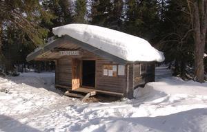 Föreningen har timrat upp en fin eldpallkoja där man kan gå in och grilla korv exempelvis.