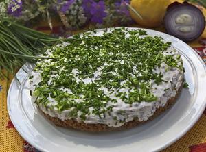 Silltårta är ett gott alternativ till den traditionella matjessillen med gräddfil och gräslök.