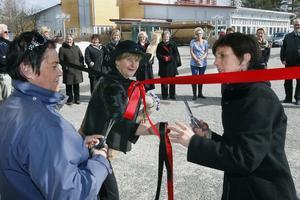 Helena Brink och Åsa Linder klipper banden för att inviga de nya lokalerna.