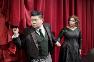 """Rebecka Rasmussen i rollen som Mimi ocn Yinija Gong som Rodolfo under repetitionerna av """"La Bohème"""" på Norrlandsoperan, i regi av Kristofer Steen."""