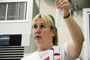 Siw Strandberg, chef för fabriken i Hennan, bjöd på en kort genomgång av RFSU:s kondomutbud.