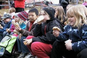 Barnen från Blomsterängens fritids vid Celsiusskolan fick saft och bullar efter trolleriföreställningen och körsången.