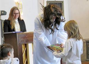 """Jesus"" delar ut Barnens Bibel."