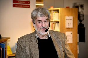 Lasse Berg, författare på besök i Lekebergs bibliotek.