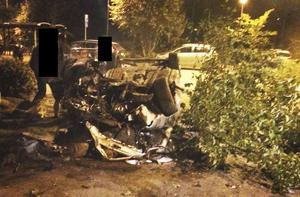 Tävlingskörning, ansåg tingsrätten. En av bilarna körde in i ett träd och både bilen och trädet blev mycket illa åtgångna.