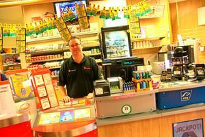 Travintresse. Johnny Wärnberg äger och driver en spelbutik i Avesta. Han tror att Avestabornas stora intresse för trav har att göra med att det i området runt om Avesta bor flera travtränare.