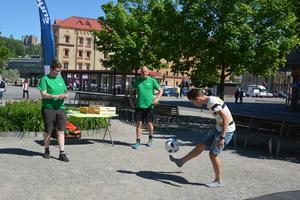 Markus Holdo, 14 år, Sundsvall, deltog i bolljongleringstävlingen i bara strumpor.