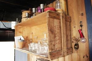 Praktisk förvaring. En gammal trälåda har spikats upp på väggen och fungerar fint som en hylla.