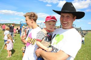 – Kul att folk kommer ut ur stugorna och träffas, säger Erik Bengtson med sonen Gustaf på armen.