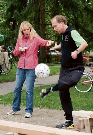 Fotbollsjonglören Mikael Palmqvist och assisteras av Anna Gillerblad. Bild: Privat.