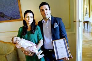 – Det är som ett nobelpris för mig, säger Jashar Jawanbakhtrad efter att ha mottagit utmärkelsen som Årets nybyggare i Gävleborg i kategorin Pionjär. Här tillsammans med frun Raha och dottern Artemis.