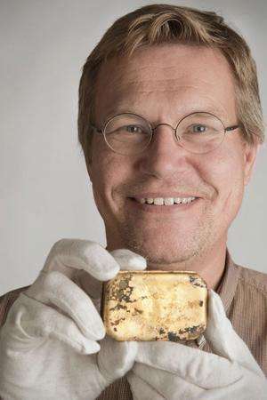 Hans-Lennart Ohlsson, chef vid Sjöhistoriska museet, visar upp snusdosan. Rena släkthistorien rullas upp efter att en snusdosa grävts upp vid bygget av Citybanan i Stockholm. Dosan försvann på 1800-talet, i Mälaren, och tillhörde Daniels Per Persson från Romma i Leksand.