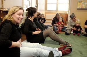 Barntimmeledarna Anna Johansen och Linda Wiklund håller igång såväl föräldrar som barn. Samverkansarbetet har också gett deras verksamhet ett lyft, tycker de.BILD: ANNIKA NYGREN-BERG