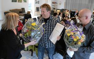 Överraskad. Mikael Andersson som driver Mickes skog och trädgård är Årets företagare 2011, utsedd av Företagarföreningen lokalt. Kommunalråd Ritha Sörling och Leif Bergqvist från Företagarföreningen gratulerar.