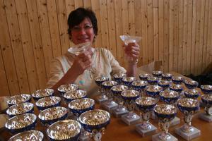 Britt Forsströmsson, som vann allra första Jordgubbsloppet för 20 år sedan, var prisutdelare och många pokaler blev det. Veteranerna Elvy Brant och Kjell Lindberg fick varsin OS-fackla i kristall.