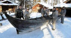 """Så här såg det ut i Gällö för några vintrar sedan när """"Arnljot"""" kördes till Jamtli för en vinter i vikingautställning. Sejouren i utställningen torkade ut båten som därefter inte gick att använda. Foto: Ingvar Ericsson"""