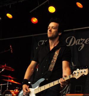 """""""Det vore väl konstigt annars"""" – Itchy Daze-basisten MattiasJohansson om att de fick igång hemmapubliken."""