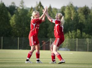 Evelina Eklund och Susanne Meritähti jublar efter ett av Edsbyns sex mål i derbyt mot Bollnäs.