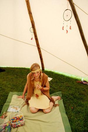 Emmy Westholm hjälpte barnen att göra sina egna drömfångare. Foto: Lina Svalbro