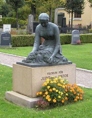 STULEN. En skulptur av Ida Matton bröts loss från Judit och Viktor Lundgrens grav.
