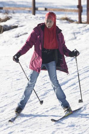 Warda Abdi, 11 år, ger sig ut på en tur med skidorna