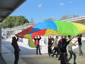 Säkert. Ett av flyktinglägren på Lesbos är ett gammalt kvinnofängelse där murarna med taggtråd står kvar. Foto: Privat