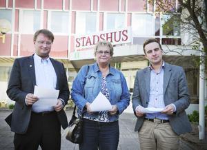 De moderata riksdagsledamöterna Lars Beckman, Margareta B Kjellin och Tomas Tobé tog emot skrivelsen från de lokala politikerna.