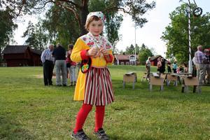 Tilde, 5 år, hade en kulldräkt på sig vid nationaldagsfirandet vid Grytnäs gammelgård. 2011. Hon tyckte allt i firandet var bra!