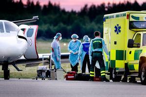 Den svårt influensasjuke mannen fick flygas till Danmark för vård.
