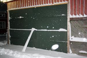 Gammalt virke kring garagedörren skulle bytas ut. Det slutade med en räkning från Ockelbo kommun.