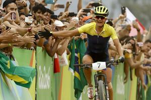 Jenny Rissveds på upploppet mot OS-guldet i Rio de Janeiro i augusti i fjol. En av cyklisterna som Annie Söderberg från Örebro nu ska bossa över.