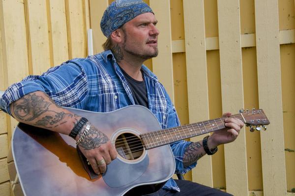 Didde Nilsson gillar lugnet i Härjedalen som ger honom ro att skriva nya låtar. I höst blir det premiär för rock på härjedalska.