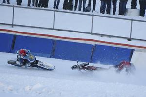 Niclas Kallin-Svensson kolliderar med pappa Stefan Svensson och den sistnämnde vurpar, dessbättre utan att skada sig.