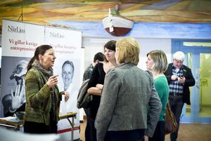 Arbetsförmedlingen vill gärna inspirera fler att bli egna företagare. På den här bilden finns tre som tagit steget, från vänster Maria Bremefors, Emma Wärn och Lina Lundmark. Med ryggen mot kameran Jenny Norberg från Närljus.